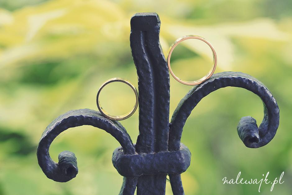 Obrączki ślubne | Fotografia ślubna | Zdjęcia obrączek podczas pleneru ślubnego